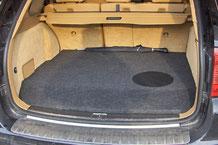 versteckter einbau vom soundsystem im kofferraum vom porsche cayenne