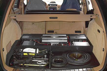 high-end sounsystem im cayenne mit subwoofer verstärker und navigationssystem