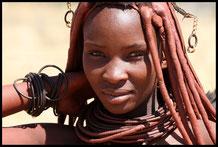 Junge Himbafrau in ihrer traditionellen Aufmachung