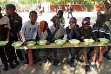 In der Primarschule erhalten die Schülerinnen und Schüler Maisbrei.