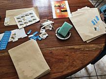 Drucken, falten, schneiden, unterschreiben, einpacken, zukleben, anschreiben, frankieren.