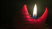 Die Kerze auf dem Stubentisch hat das Dunkel ein bisschen erhellt.