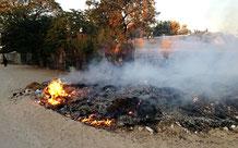 Inmitten der Häuser brennt der illegale Müll