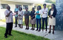 Mr. Nauyoma begrüsst die ersten MitarbeiterInnen von Kavango West.
