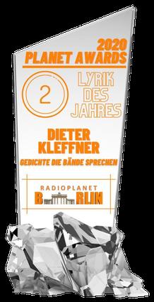 """Darstellung der Auszeichnung: gläserne Scheibe aus Kristallsockel mit der Aufschrift """"2020 Planet Awards, 2, Lyrik des Jahres, Dieter Kleffner, Gedichte die Bände sprechen, Radioplanet Berlin"""