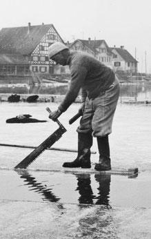 Das ist zwar kein Soldat, sondern ein Fischer (der Eis zur Kühlung des Fischfangs sägt) - doch etwa so muss man sich das Aussägen des Schifflibaches vorstellen. Foto: Verein Fischereimuseum Ermatingen
