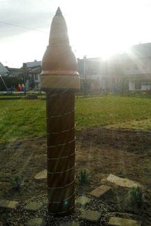 KraftTurm mit Spirale aus isoliertem Kupferdraht versehen.