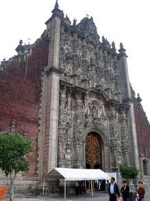 Façade du Sagrario adjacent à la cathédrale métropolitaine de Mexico. By Thelmadatter [Public Domain]