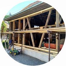 Die Holzfassade wurde mit druckimprägnierten Schirmbretter hergestellt.