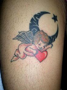 天使に月と星のトライバルタトゥー