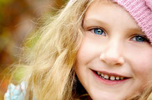 petite fille souriante pour test QI enfant WISC-V par Laurence Martin, psychologue