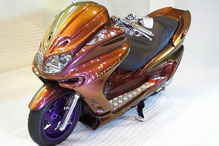 カスタムペイントバイク、、カメレオンカラーゴールドパープルに塗装されたビックスクーター、ヤマハマジェスティーの写真