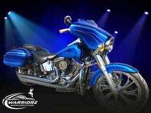 カスタムペイントバイク、キャンディーブルーフレークでグラフィックス塗装されたバイク、ハーレーダビットソンの写真