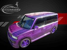 カスタムペイント車、キャンディーパープル塗装でグラフィック塗装したトヨタbbの写真