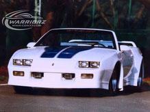 カスタムペイント車、ホワイトのパール塗装したボディーにブルーのSSラインをいれた1990年カマロコンバーチブルの写真