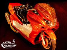 カスタムペイントバイク、カメレオンフレークオレンジで塗装されたビックスクーター、ヤマハマジェスティーの写真