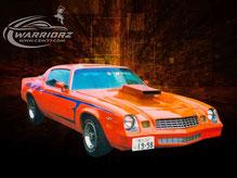 カスタムペイント車、オレンジベースに粗めのゴールドパール塗装をしてサイドにエアーブラシでストライプをいれた1979年式カマロ