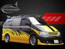 カスタムペイント車、ブラックのボディーに派手にグラフィックス塗装されたニッサンラルゴの写真