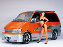 カスタムペイント車、オレンジベースにゴールドパール塗装されたボディーにグラフィックス塗装をいれたニッサンラルゴの写真