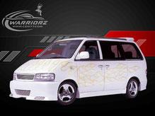 カスタムペイント車、ホワイトベースにゴールドパール塗装されたボディーにゴールドメタリックでファイヤーパターン塗装されたニッサンラルゴの写真