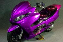 カスタムペイントバイク、キャンディーバイオレットでキャンディーフレーク塗装されたビックスクーター、スズキスカイウェーブの写真