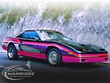 カスタムペイント、ブラックのボディーにグラフィックス塗装された1988年トランザムGTAの写真