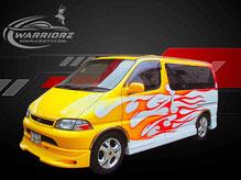 カスタムペイント車、ホワイトパール塗装のボディーに黄色とオレンジでトライバル塗装されたトヨタグランビアの写真