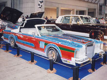 カスタムペイント、ホワイトのボディーにキャンディーフレーク塗装でソウルペイントされた1989年リンカーンコンチネンタルマークⅤコンバーチブル