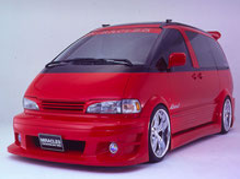 カスタム車、エアロキットを装着してボディーを赤で塗装されたトヨタエスティマの写真