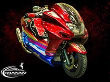 カスタムペイントバイク、キャンディーフレーク塗装でマルチカラーペイントされたビックスクーター、ヤマハマジェスティーの写真