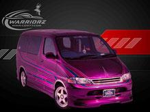 カスタムペイント車、キャンディーマルーンフレーク塗装されたボディーにグラフィックス塗装されたトヨタグランビアの写真