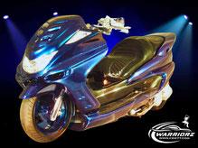 カスタムペイントバイク、クリスタルフレークブルーグリーンで塗装されたビックスクーター、ヤマハマジェスティーの写真