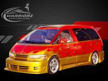 カスタムペイント車、赤いボディーにキャンディーゴールドでファイヤーパターン塗装されたトヨタエスティマの写真