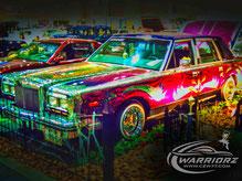 カスタムペイント車、シルバーフレークベースでマルチカラーでキャンディーフレーク塗装を使ってソウルペイントでキメた1988年式リンカーンタウンカー