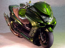 カスタムペイントバイク、カメレオンカラーグリーンゴールドで塗装されたビックスクーター、ヤマハマジェスティーの写真