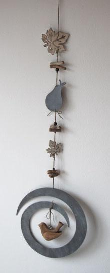 Hängedeko aus Holz- und Metallelementen, fertig zum Aufhängen.