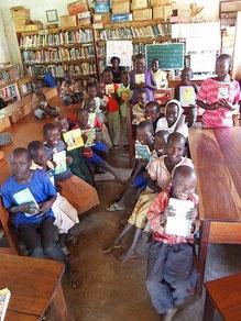 学校に通える日を夢見て平日、図書館塾で勉強中の子供たちにも頂いた本を紹介しました。