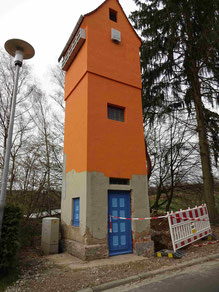 Trafoturm mit gestrichenen Türen