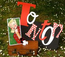 Element de décor : Tonton écrit de manière amusante avec des lettres de typographies différentes, portrait de Ginette, la reine du bal musette et première amoureuse de tonton et de son accordéon.