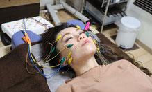 電気を流す美容鍼を受ける女性