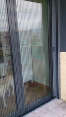 Mosquiteras enrollables lateral servicios segurvi for Mosquiteras plisadas para puertas