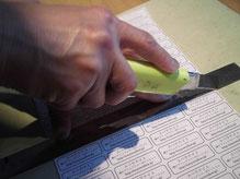 定規にスベラナイトを貼ると薄い紙も動かずカッターナイフできれいに切れる