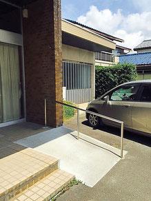 前川医院の、玄関前のスロープです。足の悪い方や車いすの方にもご来院いただけます。