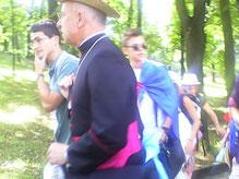 joie de partager avec l'évêque en marchant