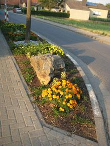Verkehrsinsel nahe Friedhof