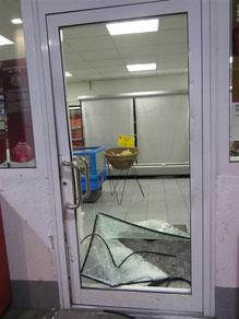 Die zertrümmerte Tür die in den Verkaufsraum der Tankstelle führt. Foto: Polizei