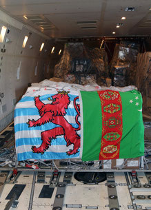 A pallet full of Luxembourg delicacies for representatives of Turkmenistan, covered by the flags of Luxembourg (left) and Turkmenistan  / source:  CV