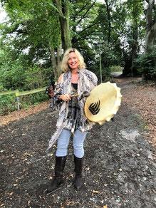 Christina Lechner mit schamanischer Trommel im Freien