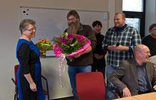 Überreichung eines Begrüßungsgeschenks durch Verbindungslehrer Bernd Ritter im Namen der JPRS-Schulgemeinde