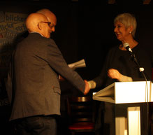 Dieter Dresen und Herbert Reichelt übergeben den zweiten Preis der Jury an Elisabeth Kuhs